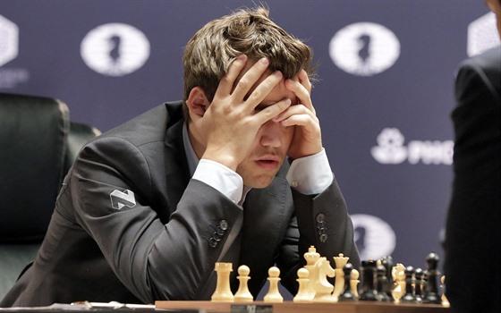 Magnus Carlsen v boji o titul šachového mistra světa.