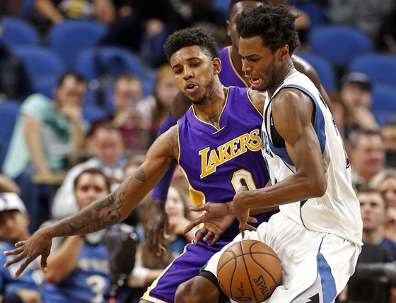 Nick Young (vlevo) z LA Lakers brání Andrewa Wigginse z Minnesoty.