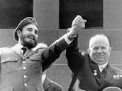 Fidel Castro na fotce z roku 1963 s tehdejším tajemníkem komunistické strany...