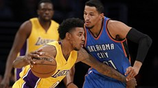 Nick Young (vlevo) z Los Angeles Lakers prochází obranou Oklahomy.