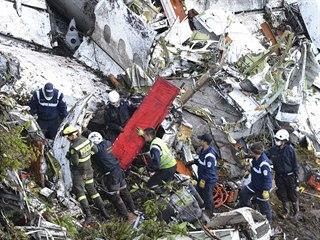 Záchranáři na místě pádu letadla u kolumbijského města Medellín (29. listopadu...