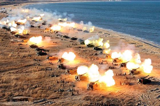KIMOVA DÌLA. Cvièení dìlostøeleckého oddílu Severokorejské lidové armády. Tento...