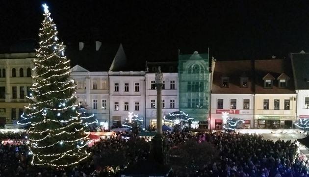 V České Lípě v noci spadl dvacetimetrový vánoční strom, nikoho nezranil