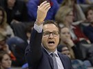 Scott Brooks usměrňuje hráče Washingtonu.