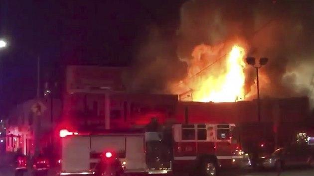 Při požáru na party v kalifornském Oaklandu zemřelo nejméně devět lidí fe3377a9be