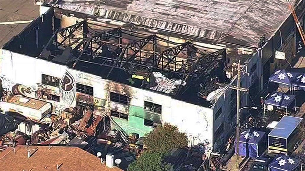 Za tragický požár umělecké kolonie v Oaklandu mohly přetížené rozvody 43cc4506a0