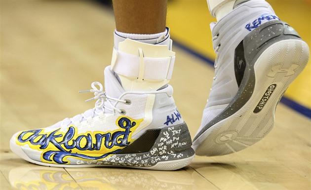 Steph Curry z Golden State obul do utkání s New Yorkem speciálně navržené  boty ... 4ea9916280