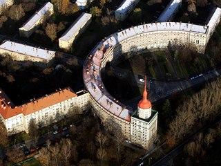 Soustava budov Oblouku z výšky připomíná i srp s kladivem.