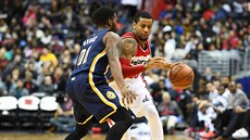 Trey Burke z Washingtonu (s míčem) a Aaron Brooks z Indiany.