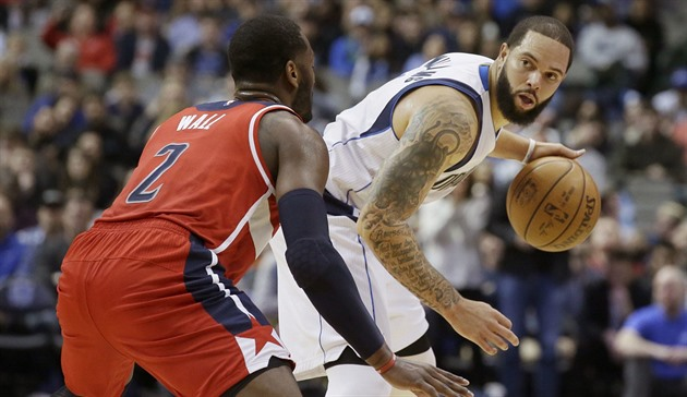 Deron Williams (vpravo) z Dallasu se snaží vyzrát na Johna Walla z Washingtonu.