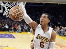 Jordan Clarkson z Los Angeles Lakers zasmečoval do koše Orlanda.