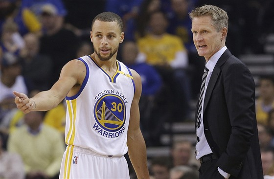 Stephen Curry z Golden State a jeho trenér Steve Kerr