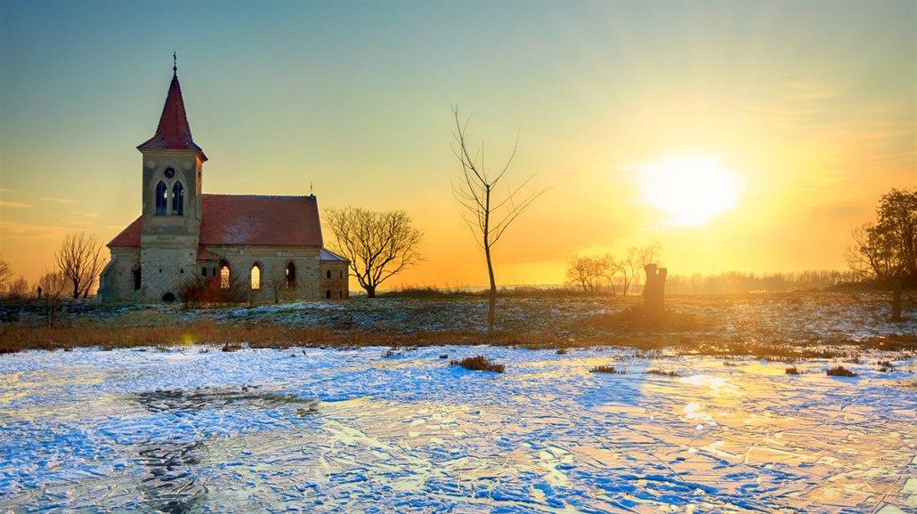 Hladina nádrže stoupne. Ptáky ochrání vlnolamy, kostel pytle plněné pískem