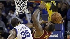 Kevin Durant (vlevo) z Golden State trefil LeBrona Jamese z Clevelandu  přímo do. ce5cdb28b5