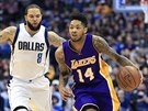 Deron Williams (vlevo) z Dallasu nahání Brandona Ingrama z LA Lakers.