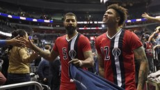 Washingtonští basketbalisté Markieff Morris (vlevo) a Kelly Oubre Jr. se radují...