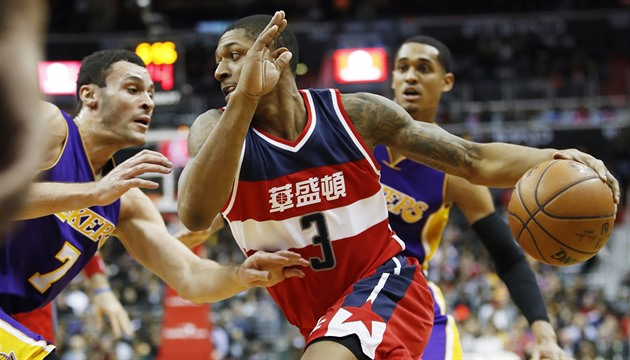 Bradley Beal z Washingtonu vede míč, brání ho Larry Nance Jr.  z Los Angeles...