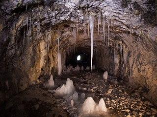 Ledové útvary vznikají tak, že v podzemí ztuhne voda skapávající z povrchu....