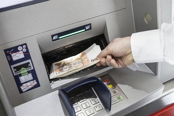 Inteligentní bankomaty umí peníze nejen vydávat, ale i přijímat a vkládat na...