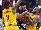 Derrick Williams (vlevo) a LeBron James z Clevelandu bojují s Karlem-Anthonym...