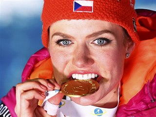 Gabriela Koukalová a její zlatá medaile za triumf ve sprintu na mistrovství...