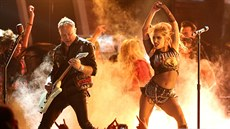 Metallica a Lady Gaga s písní Moth into Flame (Grammy Awards, Los Angeles, 12....