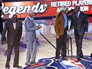 Legendy NBA spolu: zleva Willis Reed, Julius Erving, Bill Russell, Magic...