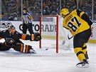 Sidney Crosby z Pittsburghu skóruje do branky Michala Neuvirtha z Philadelphie.