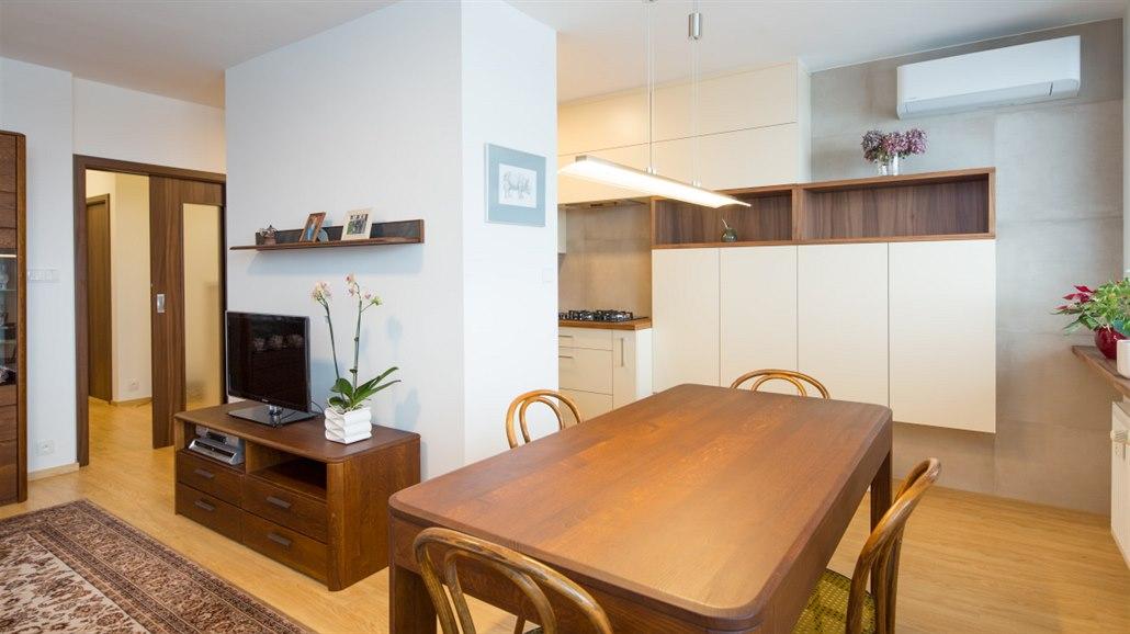 c1600ac1d0bd Architekt nechal opticky oddělit kuchyň a obývací pokoj blokem vysokých.