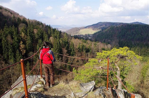 Vyhlídka zvrcholu Pustého zámku do údolí Kamenice