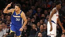 Stephen Curry (vlevo) z Golden State se raduje z trojky, vpravo Justin Holiday...