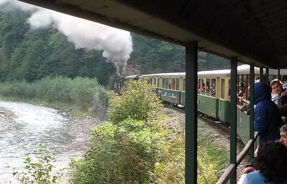 Cestou do Paltinu trať mírně stoupá. Mašinka táhnoucí plně naložený vlak si...