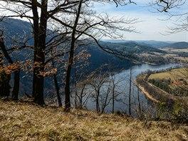 Pohled z hrany vltavského kaňonu k západu. Vlevo vrch Drbákov