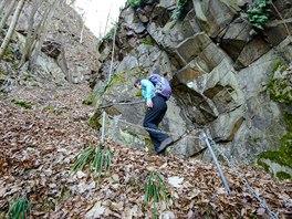 Stezka se proplétá mezi skalami a místy je doplněna řetězy.