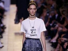 Tričko vyzývající k feminismu se objevilo na přehlídce značky Dior a strhlo. cd6b52f4a2