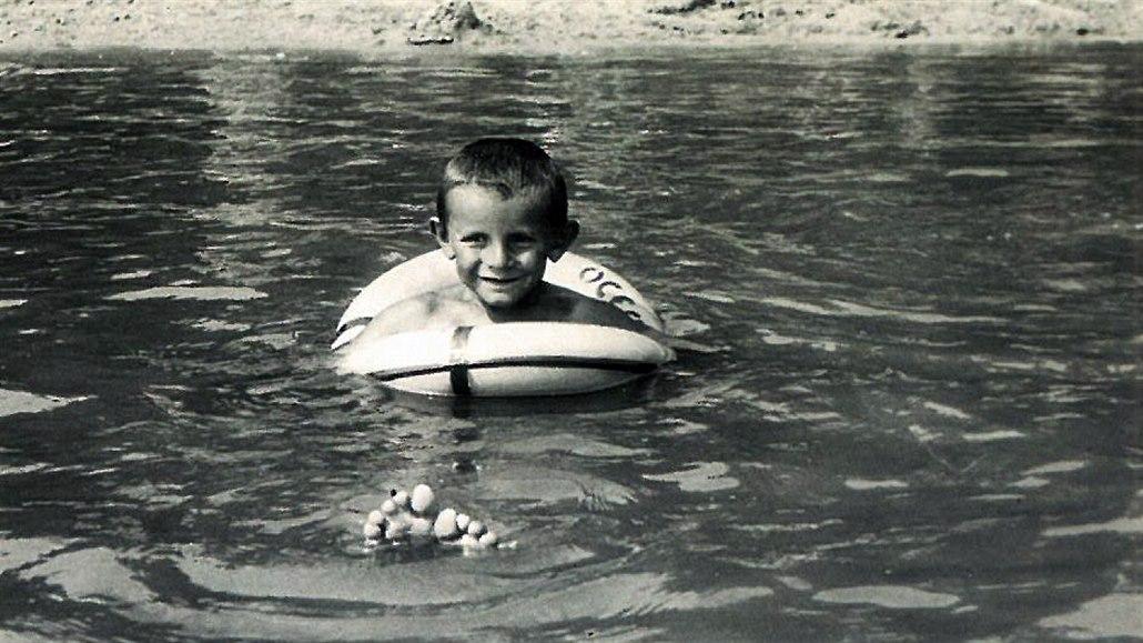 Forman jako pětiletý zachycen při dovádění v jezeře.
