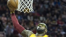 LeBron James z Clevelandu smečuje proti Washingtonu.