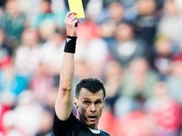 Rozhodčí Pavel Franěk v derby Slavia - Sparta uděluje žlutou kartu. V poslední minutě pak chybně odpískal penaltu pro Slavii, která z ní vyrovnal na 1:1.