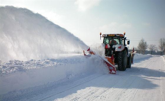 Zima letos silnice v Pardubickém kraji nešetřila. Opravy jsou v plném proudu.