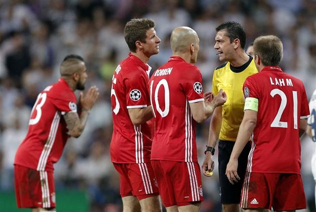 Metas de offsides e má conduta. Somos eliminados pelo bar, o Bayern está com raiva