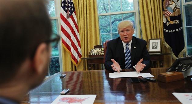 Donald Trump během rozhovoru s reportéry agentury Reuters (27. dubna 2017)