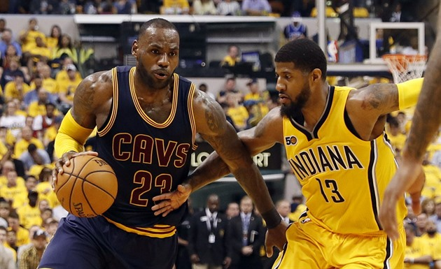LeBron James (vlevo) z Clevelandu a Paul George z Indiany.