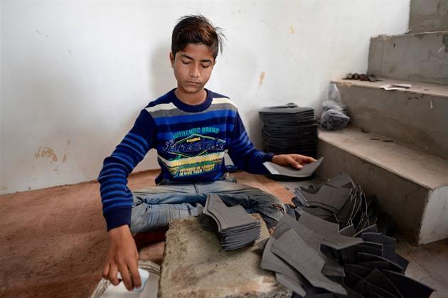 Češi kontrolovali výrobu bot v Agře. Pro Evropu šijí už sedmileté děti a68a00de2e