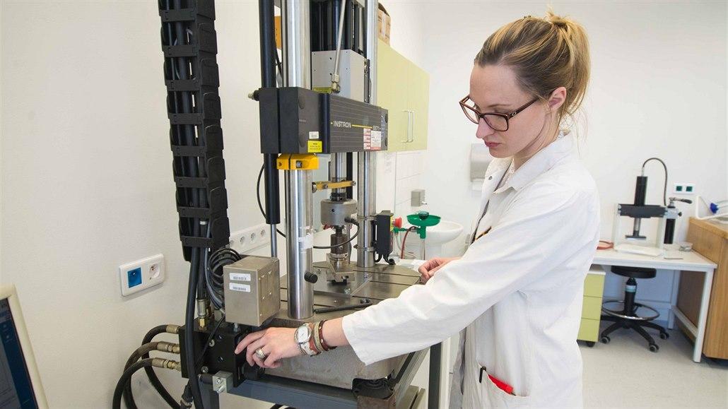 e73b48aaa8d6 Vědci v Centru polymerních systémů na Univerzitě Tomáše Bati ve Zlíně ...