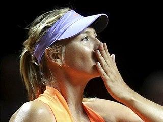 Maria Šarapovová zdraví diváky. Na turnaji ve Stuttgartu se jí daří.
