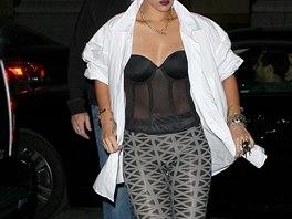 8a5d508a44a Zpěvačka Rihanna si potrpí na odvážné outfity. V těchto legínách s.