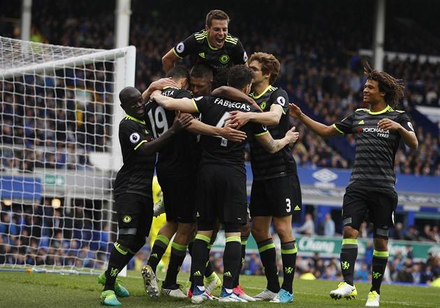 Chelsea venceu, o Tottenham deu dois gols para Čech e novamente reduziu a perda