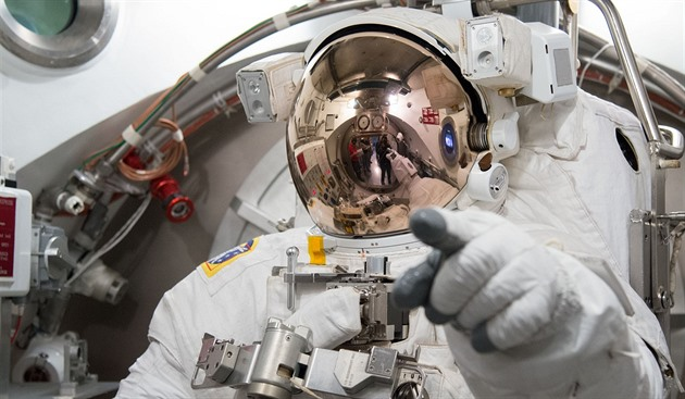 "Astronaut Luca Parmitano ve skafandru ""enhanced EMU"" během kontroly v laboratoři Crew Systems Laboratory (NASA Johnson Space Center v texaském Houstonu)"