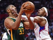 Paul Pierce (vpravo) z Los Angeles Clippers fauluje Borise Diawa z Utahu.