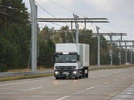 Kamiony mají v budoucnu jezdit podobně jako trolejbusy, tedy přímo napojené na...